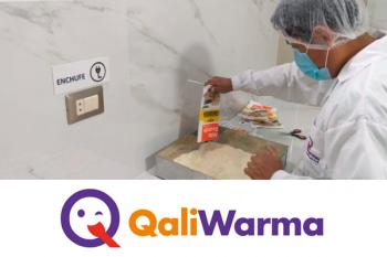 servidor de qali warma con una bandeja para preparar alimentos