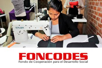 tres mujeres trabajando en un taller de confección textil