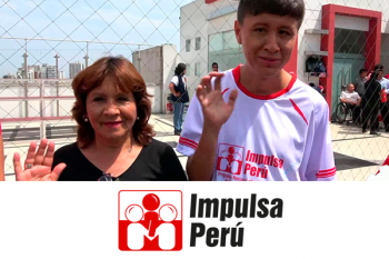 mamá e hijo con discapacidad sonriendo y saludando