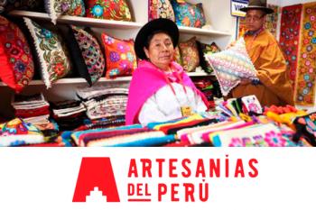 una artesana sonriendo a la cámara dentro de su stand de ventas