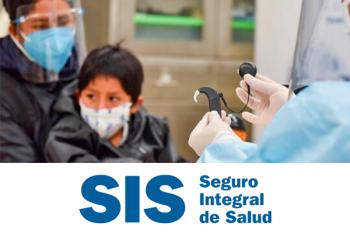 niño con discapacidad auditiva y su madre sentados en el hospital siendo atendidos por un médico que le colocará unos audífonos al menor